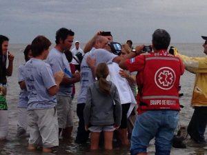 Abrazo de Noelia Petti con su familia tras cruzar el Río de la Plata