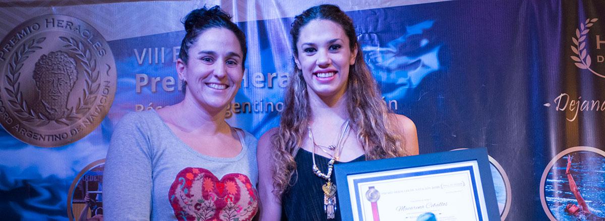 Macarena Ceballos recibe el galardón de manos de la Tetra-campeona mundial de aguas abiertas, Pilar Geijo